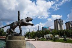Astana, Kasachstan, 27 08 Steinstatue mit 2016 Tieren, die durch das Feuer nahe Zirkus springt Lizenzfreies Stockbild