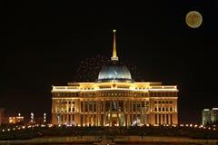 Astana Kasakhstan gränsmärke med fullmånen Royaltyfria Foton