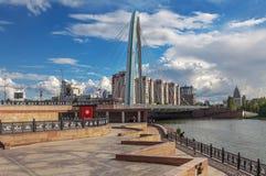ASTANA KASAKHSTAN - JULI 3, 2016: Båge av upphängningbron på invallningen av den Ishim floden arkivfoto