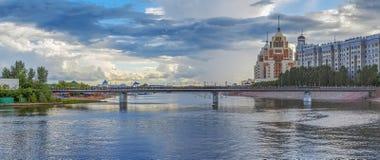 ASTANA KASAKHSTAN - JULI 3, 2016: Fot- bro över floden Ishim arkivbild
