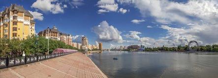 ASTANA KASAKHSTAN - JULI 3, 2016: Invallning av den Ishim floden arkivbilder