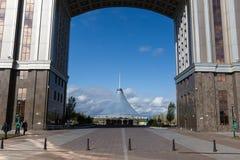 ASTANA KASAKHSTAN - SEPTEMBER 13, 2017: Moderna byggnader - cent Arkivfoto
