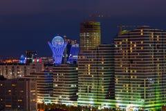 Astana, Kazachstan - Augustus 25, 2015: High-rise gebouwen en monument Bayterek bij nacht Royalty-vrije Stock Foto's