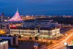 ASTANA, KAZACHSTAN - Augustus 25, 2015: Opgeheven mening over het stadscentrum met Khan Shatyr - het winkelen en vermaak stock foto