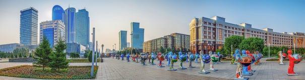 ASTANA KAZACHSTAN, LIPIEC, - 7, 2016: Miasto panorama centrum z plastikowymi postaciami Obrazy Stock
