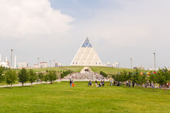 Astana Kazachstan, Lipiec, - 6, 2016: pałac pokój i porozumienie Przegląda nowożytną architekturę budynki zdjęcia royalty free