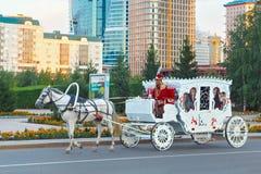 ASTANA KAZACHSTAN, LIPIEC, - 25, 2017: Turystyczny koński fracht w centrum Astana miasto obrazy stock
