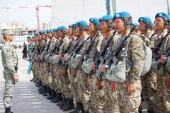 Astana, Kazachstan, - Maj, 2, 2015 Spadochroniarzi wojsko Kazachstan przy próbą parada na cześć fotografia stock