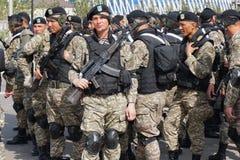 Astana, Kazachstan, - 2 Mei, 2015 Marine van het leger van Kazachstan tijdens de repetitie van de parade ter ere van stock afbeeldingen