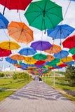 ASTANA KAZAHSTAN - 14 JULI, 2016: Installation från mång--färgade paraplyer i parkera Arkivfoton