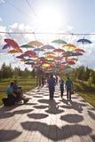 ASTANA KAZAHSTAN - 14 JULI, 2016: Installation från mång--färgade paraplyer i parkera Royaltyfri Foto
