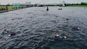 Astana_Kazahstan_-_June_17_2018_Ironman 70 30 Distancia difícil de la competencia del triathlon Paso que nada de almacen de video