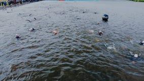 Astana_Kazahstan_-_June_17_2018_Ironman 70 30 Muchos triathletes están nadando en agua abierta Lanzamiento aéreo del deporte almacen de metraje de vídeo
