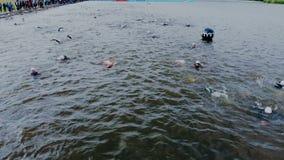 Astana_Kazahstan_-_June_17_2018_Ironman 70 30 Muchos triathletes están nadando en agua abierta Lanzamiento aéreo del deporte metrajes