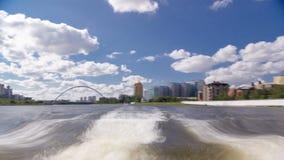 astana kazakhstan Взгляд от прогулочного катера на drivelapse hyperlapse timelapse Ishim реки в Астане сток-видео