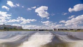 astana kazakhstan Взгляд от прогулочного катера на drivelapse hyperlapse timelapse Ishim реки в Астане акции видеоматериалы
