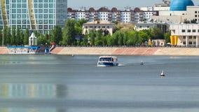 astana kazakhstan Прогулочный катер на hyperlapse timelapse Ishim реки в Астане сток-видео