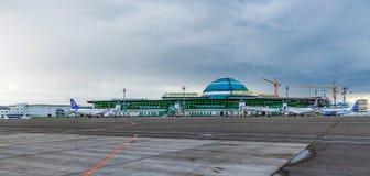 ASTANA, KAZAKHSTAN - 17 JUILLET 2016 : Avions à l'aéroport international Images stock