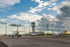 ASTANA, KAZAKHSTAN - 17 JUILLET 2016 : Avions à l'aéroport international Photos stock