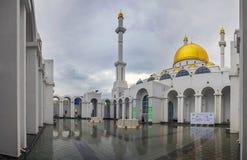 ASTANA, KAZAKHSTAN - 28 JUIN 2016 : La cour intérieure de la mosquée Nur Astana Photos stock