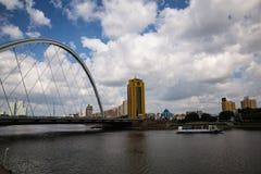 Astana, Kazakhstan 27 08 2016 karaotkel Brücke nahe Damm Stockfoto