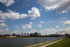 Astana, Kazakhstan 27 08 2016 karaotkel Brücke nahe Damm Stockfotografie