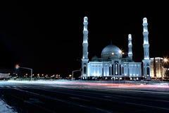 Astana. Kazakhstan. Mosquée centrale pendant la nuit d'hiver. photo stock