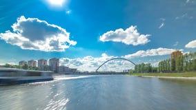 Astana, Kazakhstan Vista do barco de prazer no drivelapse do hyperlapse do timelapse de Ishim do rio em Astana filme
