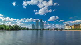 Astana, Kazakhstan Vista do barco de prazer no drivelapse do hyperlapse do timelapse de Ishim do rio em Astana vídeos de arquivo