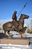 Astana/Kazakistan - monumento che caratterizza un guerriero kazako storico immagine stock