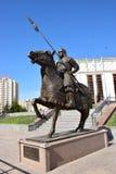 Astana/Kazakistan - monumento che caratterizza un guerriero kazako storico immagini stock