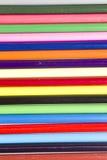 Aste cilindriche variopinte delle matite luminose di coloritura Fotografia Stock