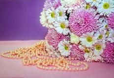 Aster e mazzo e perle bianchi e rosa dei crisantemi Immagine Stock