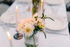 Asteres blancos en la tabla en el restaurante Decoraciones de la boda Foto de archivo libre de regalías