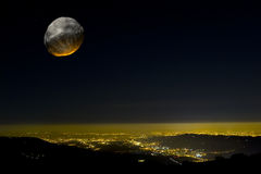 Asterische Auswirkung über einer Stadt nachts. Stockbild