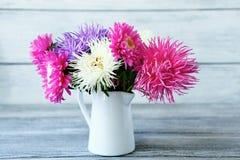 Asters colorés dans un vase photo stock