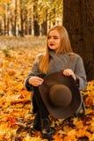 asters magentafärgade många för höst moodpink Stående av en flicka i parkera royaltyfri bild