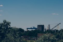 Astillero abandonado viejo en las cercanías de la ciudad edificios industriales y de oficinas Semi-aprobados imagen de archivo