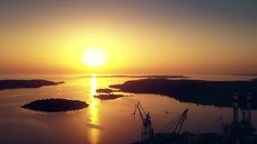 Astillero y el puerto del mar en la puesta del sol almacen de video
