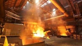 Asting锭在铸造厂商店,冶金生产 E 在植物,重工业的熔化的钢和 免版税库存照片