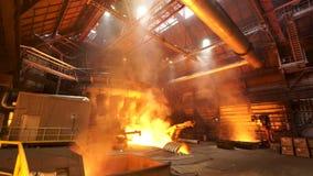 Asting tackor i gjuteri shoppar, metallurgical produktion Materiell?ngd i fot r?knat Smältande stål på växten, den tunga bransche arkivfilmer