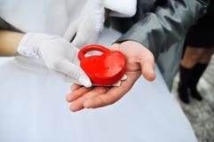 ?astle in den Händen der Braut und des Bräutigams Stockbild