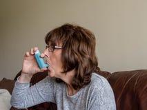 Astmalidande person royaltyfria bilder