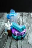 Astmamedicijn Reeks van inhaleertoestellen en medicijn Stock Foto
