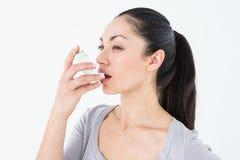 Astmatisch vrij donkerbruin gebruikend inhaleertoestel royalty-vrije stock foto