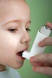 astmatisk inhaler Arkivbilder