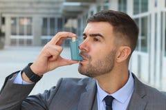 Astmatyczny biznesmen używa inhalator przy pracą zdjęcie stock