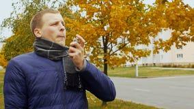 Astmatyk dyszy i używa leczniczego inhalator kiści aerosol, astma atak zbiory