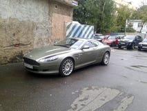 Aston Martin DB9 in de binnenplaats van Moskou Royalty-vrije Stock Fotografie