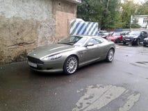 Aston Martin DB9 in de binnenplaats van Moskou Royalty-vrije Stock Foto's